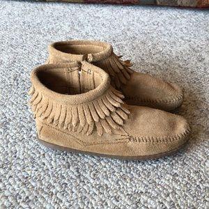 Minnetonka tan suede moccasins short boots sz 2